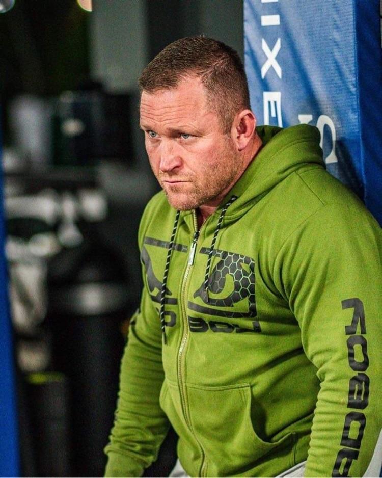 """Västerås Fight club:s tränare, Jörgen Hamberg pekar ut godbitarna på """"underkortet"""" """"Alla matcher är bra men…"""""""